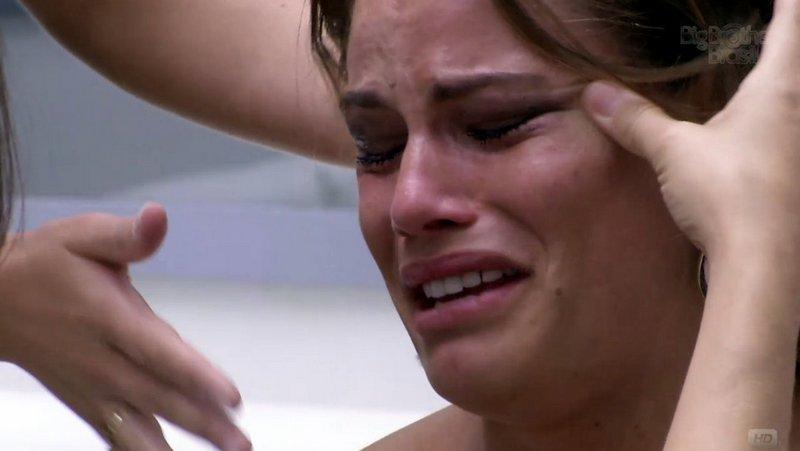 Natália chora por causa da eliminação da amiga Fani