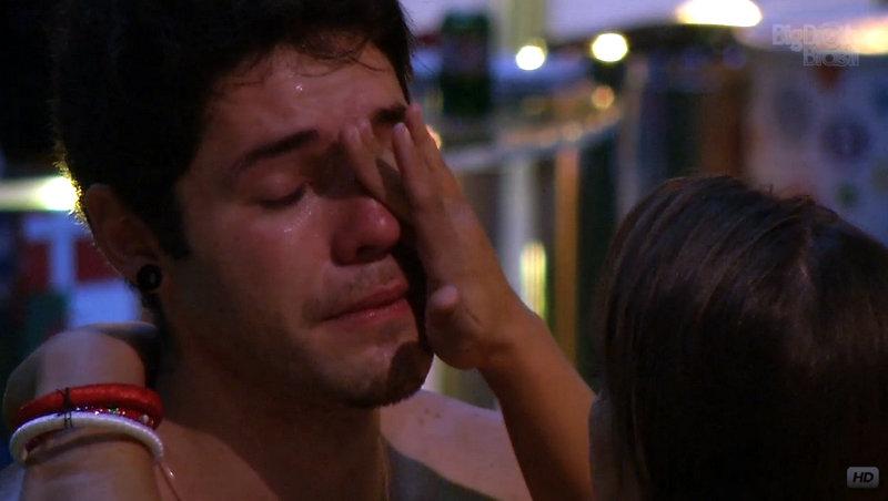 Nasser chora durante a festa desta quarta-feira no reality show