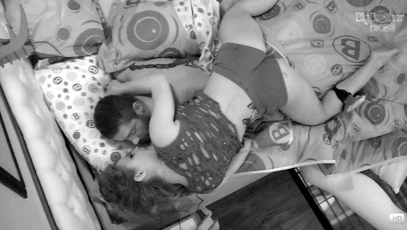 Yuri e Natália de beijam no edredom