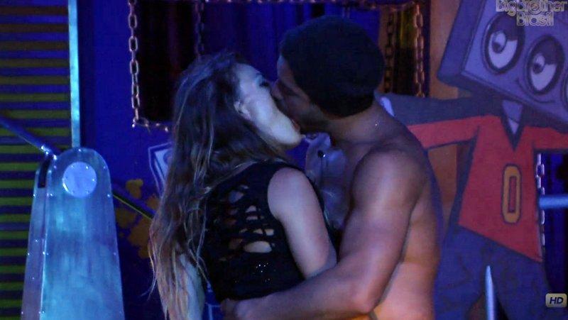 Natalia e Yuri se beijam no BBB 13: a periguete está de volta