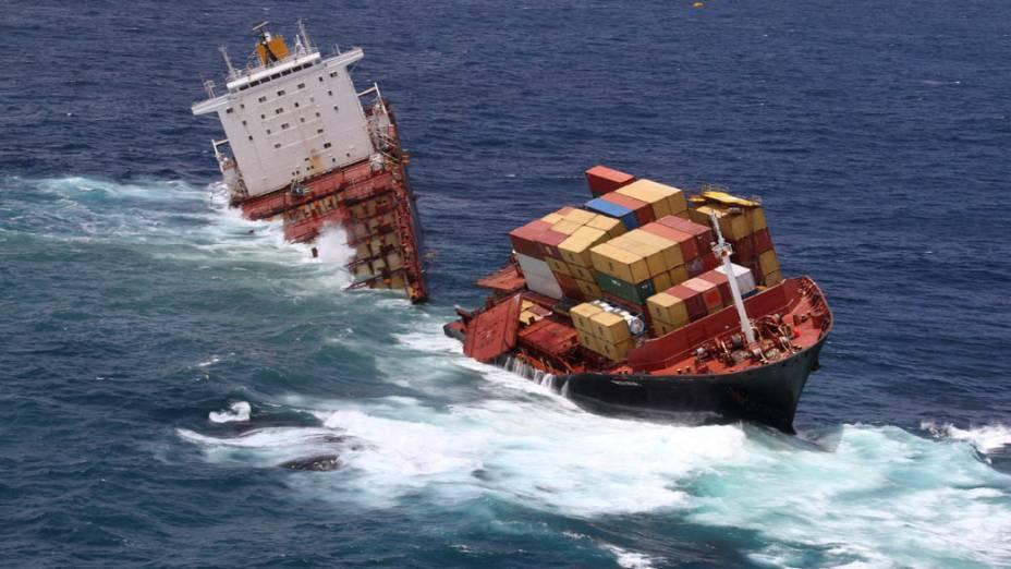 O navio cargueiro MV Rena que estava preso em um coral partiu-se em dois após noite de mau tempo em Tauranga, Nova Zelândia