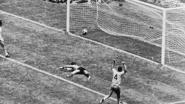 Carlos Alberto Torres comemora o gol que fechou a goleada do Brasil sobre a Itália na final da Copa do Mundo de 1970