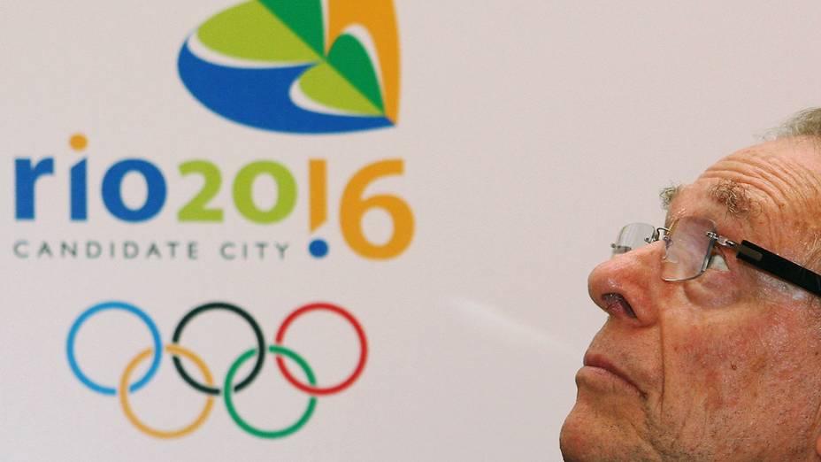 Carlos Arthur Nuzman e o logotipo da candidatura brasileira a sede dos Jogos de 2016