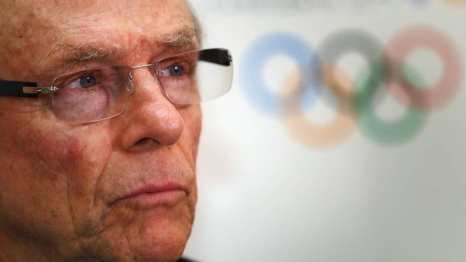 Carlos Arthur Nuzman e o símbolo olímpico