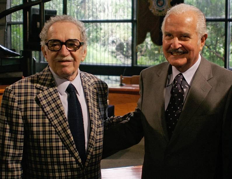 O escritor mexicano Carlos Fuentes com o colombiano Gabriel García Márquez durante homenagem aos seus 80 anos, na Cidade do México