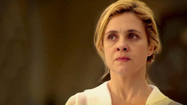 Carminha (Adriana Esteves) em cena de Avenida Brasil