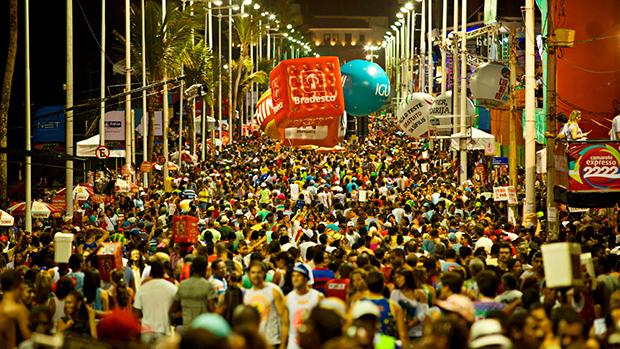 Foliões no Carnaval de Salvador, em 28/02/2014