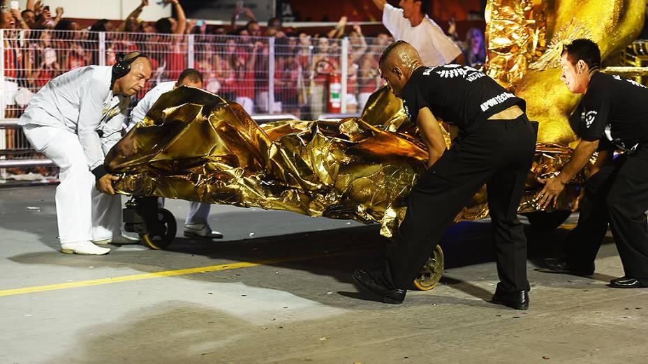 Integrantes da Vai Vai têm problmas com um carro alegórico durante desfile
