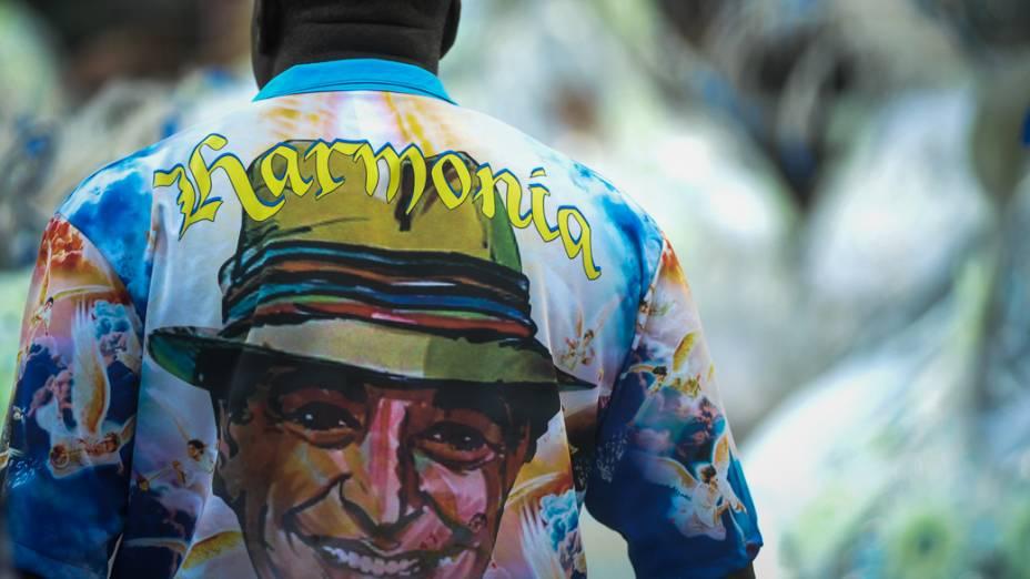 Ritmista da Águia de Ouro usa camiseta com o rosto do sambista Jõao Nogueira