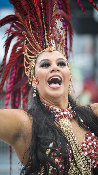Destaque da escola de samba Águia de Ouro durante desfile em São Paulo