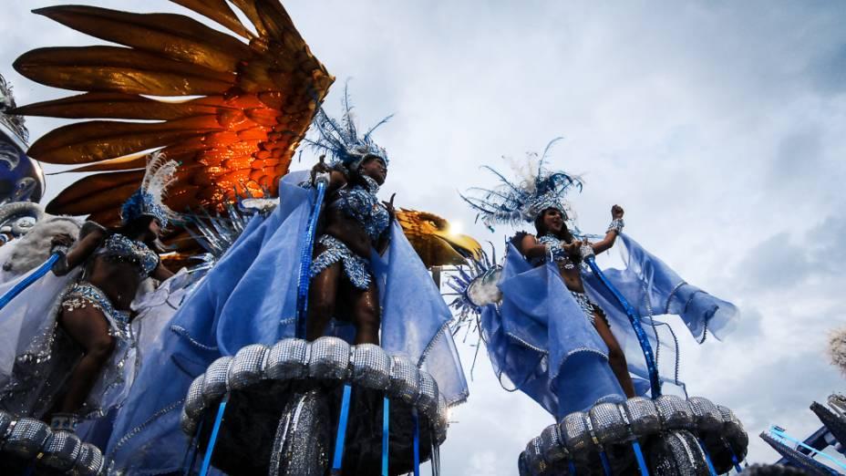 A escola de samba Águia de Ouro desfilou o enredo Minha missão. O canto do Povo. João Nogueira