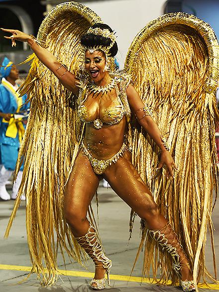 Cinthia Santos, rainha de bateria da Águia de Ouro, desfila no Sambódromo do Anhembi