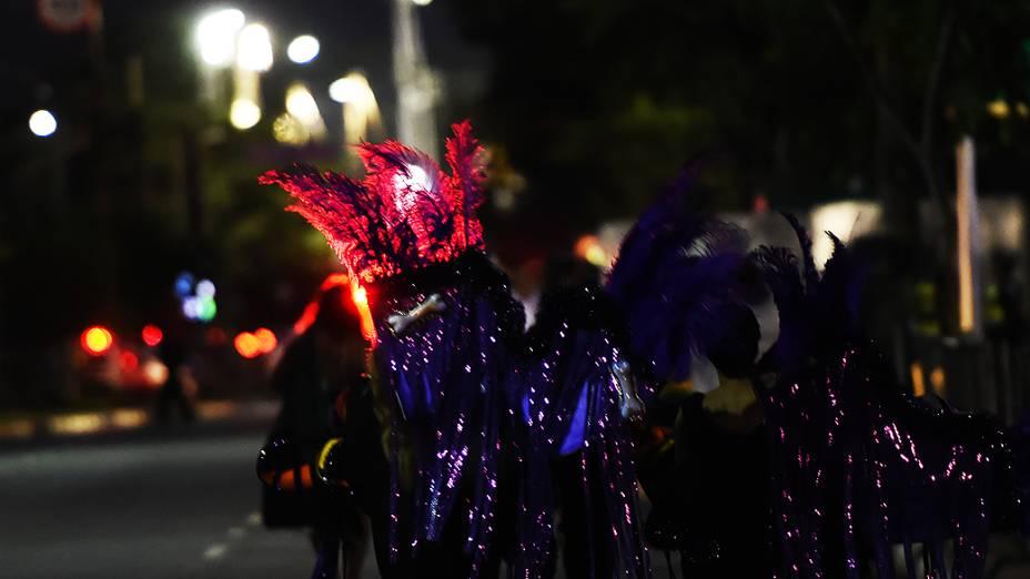 Integrantes das escolas de samba chegam para os desfiles do Grupo Especial paulistano, na noite deste sábado (14) no Sambódromo do Anhembi, na Zona Norte de São Paulo