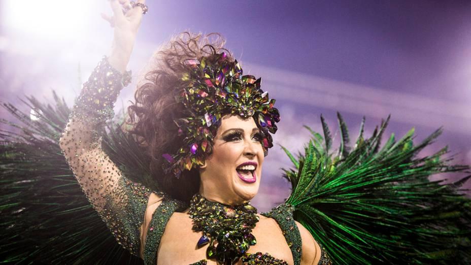 A atriz Claudia Raia durante desfile da Escola de Samba Beija Flor pelo Grupo Especial, no Sambódromo Marquês de Sapucaí no Rio de Janeiro (RJ), na madrugada desta segunda-feira (03)