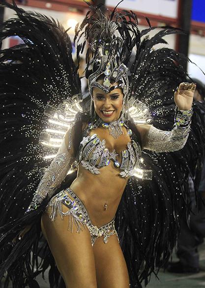 A rainha da bateria Rayssa Oliveira durante desfile da Escola de Beija-Flor pelo Grupo Especial, no Sambódromo Marquês de Sapucaí no Rio de Janeiro (RJ), na madrugada desta segunda-feira (03)