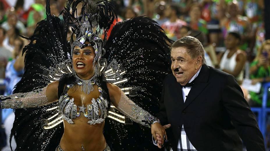 A rainha da bateria Rayssa Oliveira ao lado do diretor de televisão Boni, que foi homenageado pela Beija-Flor
