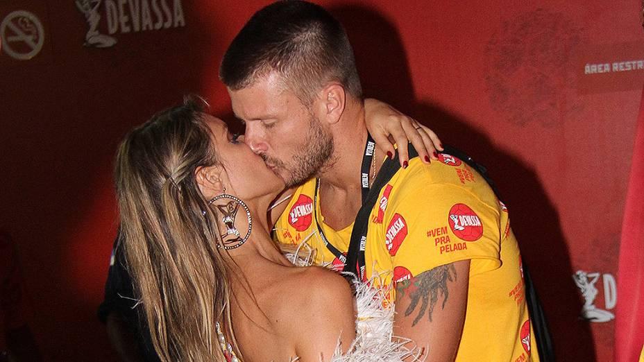 Aos beijos, Rodrigo Hilbert e Fernanda Lima curtem Espaço Devassa na Sapucaí