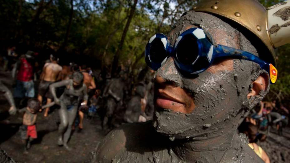 Folião coberto de lama de manguezal durante o carnaval em Curuçá no Pará