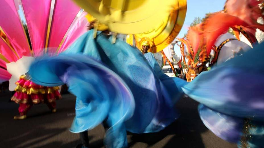 Cerca de um milhão de pessoas participaram de carnaval de rua no bairro de Notting Hill, em Londres
