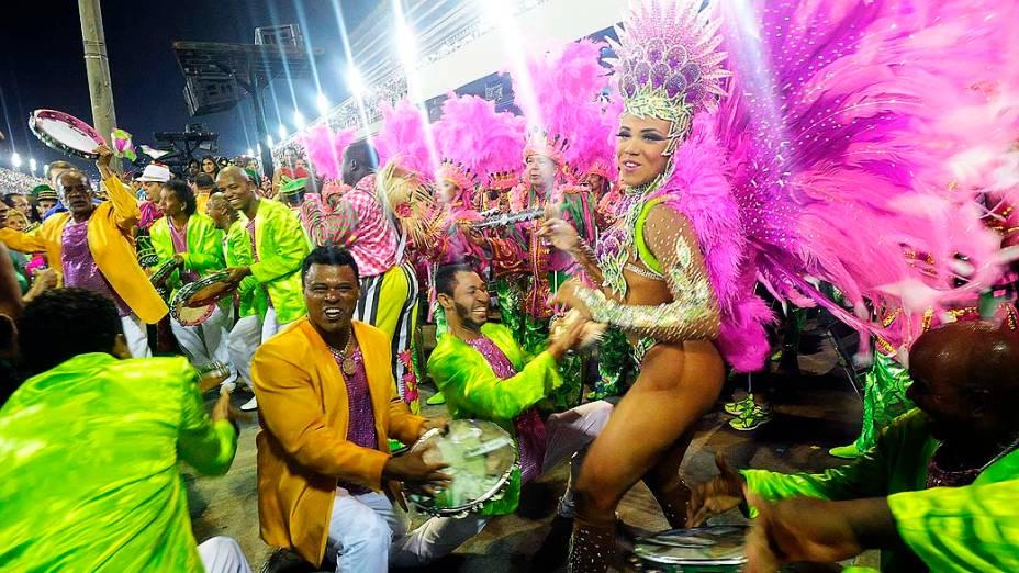 A rainha da bateria, Evelyn Bastos durante desfile da Escola de Samba Mangueira pelo Grupo Especial, no Sambódromo Marquês de Sapucaí no Rio de Janeiro (RJ), na madrugada desta segunda-feira (03)