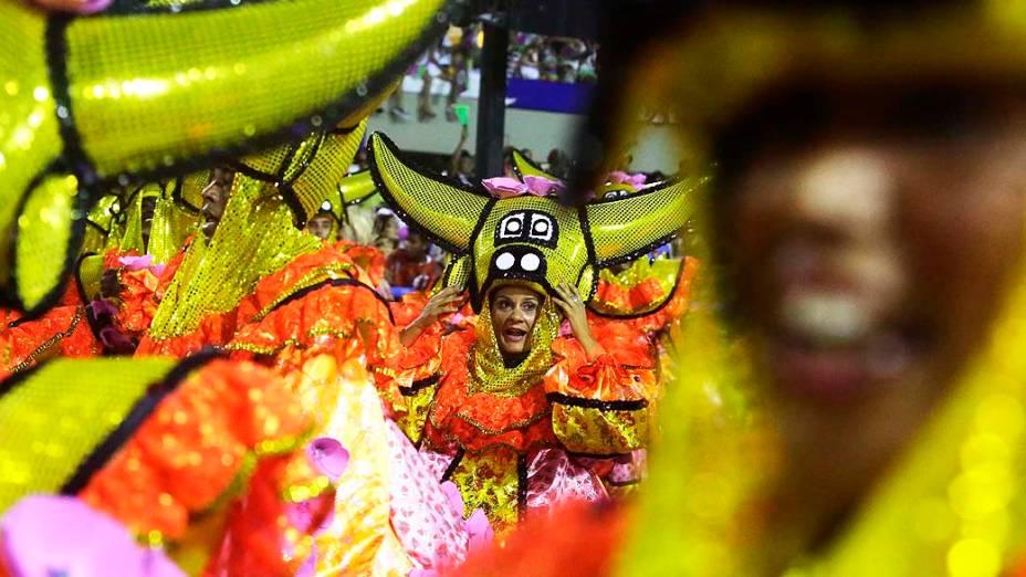 Desfile da Escola de Samba Mangueira pelo Grupo Especial, no Sambódromo Marquês de Sapucaí no Rio de Janeiro (RJ), na madrugada desta segunda-feira (03)