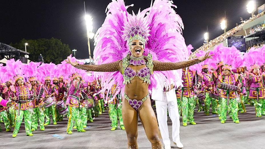Evelyn Bastos, rainha da bateria da Mangueira durante desfile na Marquês de Sapucaí