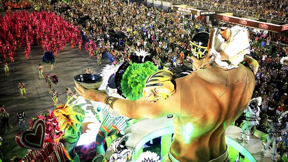 Alegoria ficou danificada após ficar presa na torre de televisão da Marquês de Sapucaí, durante desfile da Mangueira pelo Grupo Especial do Rio de Janeiro (RJ), na madrugada desta segunda-feira (03)