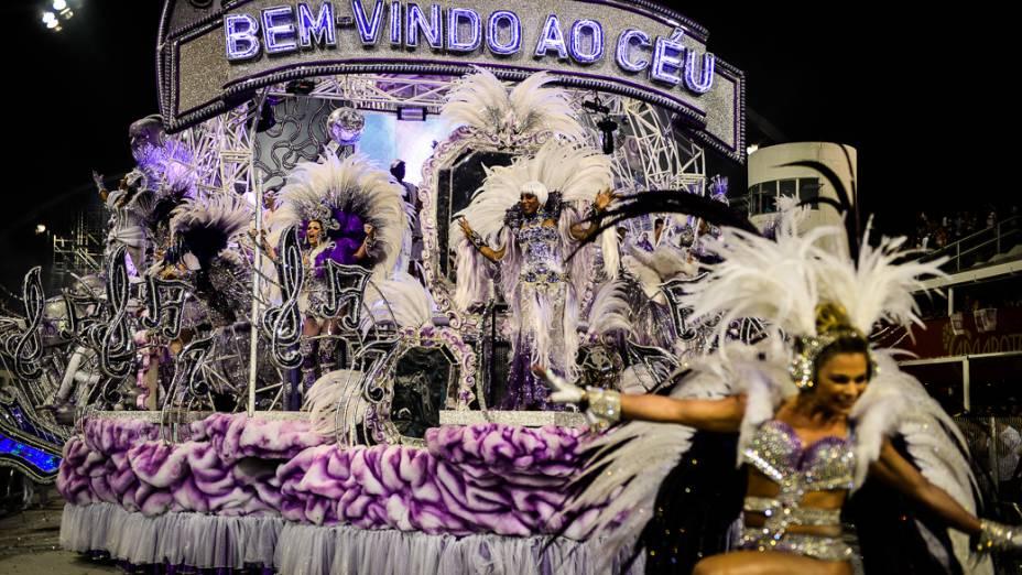 Carro alegórico da Mocidade Alegre durante desfile no Anhembi