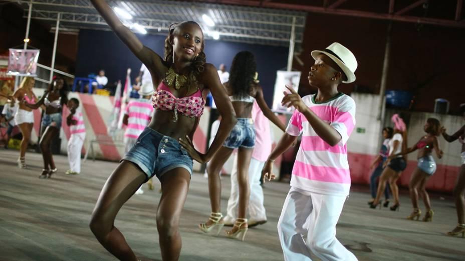 Ensaio no barracão da escola de samba Alegria da Zona Sul, no Rio de Janeiro