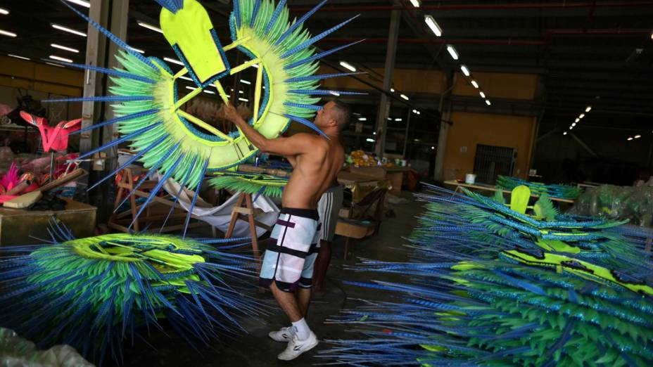 Homem arruma fantasias da escola de samba Mangueira, no Rio de Janeiro