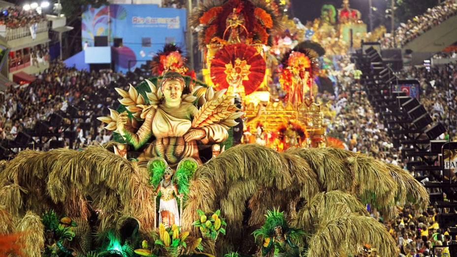 Carro alegórico durante desfile da Beija-Flor