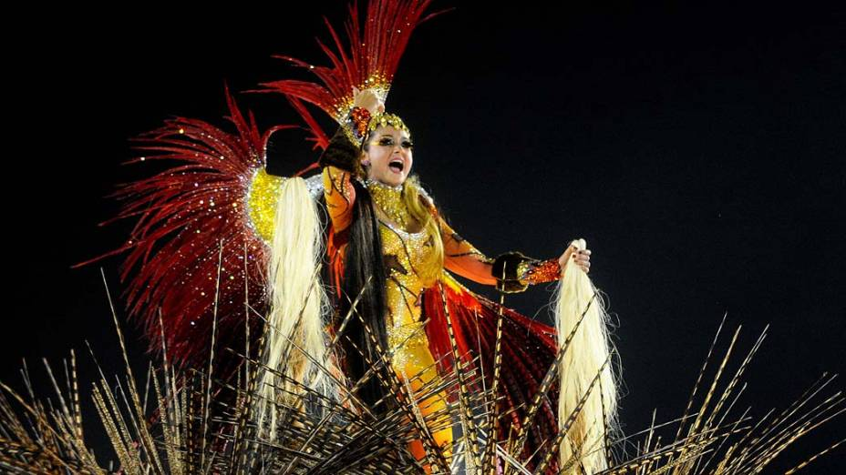 Destaque em alegoria da Beija-Flor durante desfile na Marquês de Sapucaí