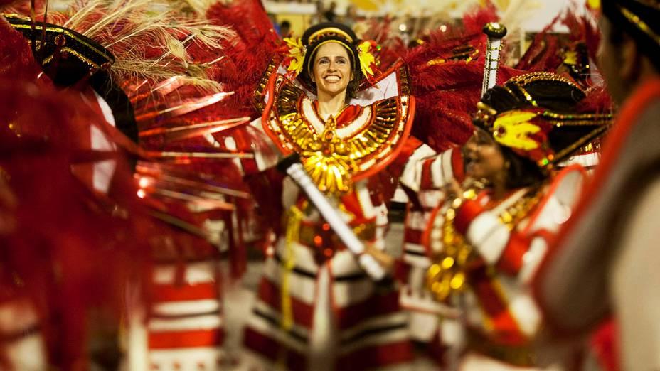 Integrantes da escola Inocentes de Belford Roxo durante o desfile, no sambódromo da Marquês de Sapucaí