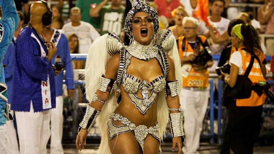 Rainha de bateria Bruna Bruno, durante o desfile da Escola de Samba União da Ilha pelo grupo especial do carnaval do Rio de Janeiro