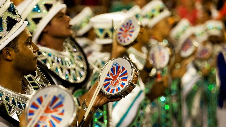 Integrantes da União da Ilha durante desfile na Marquês de Sapucaí