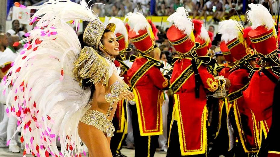 A rainha da bateria, Carla Prata, durante desfile da Grande Rio, que este ano exalta o Rio de Janeiro e seu petróleo