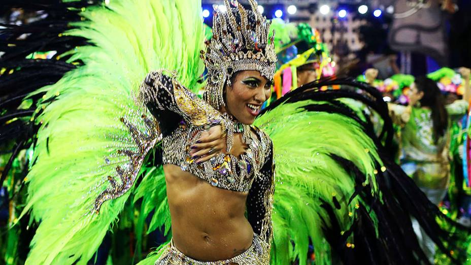 A rainha de bateria Laynara Teles durante desfile da Escola de Samba Império da Tijuca pelo Grupo Especial, na Marquês de Sapucaí na noite deste domingo (2)