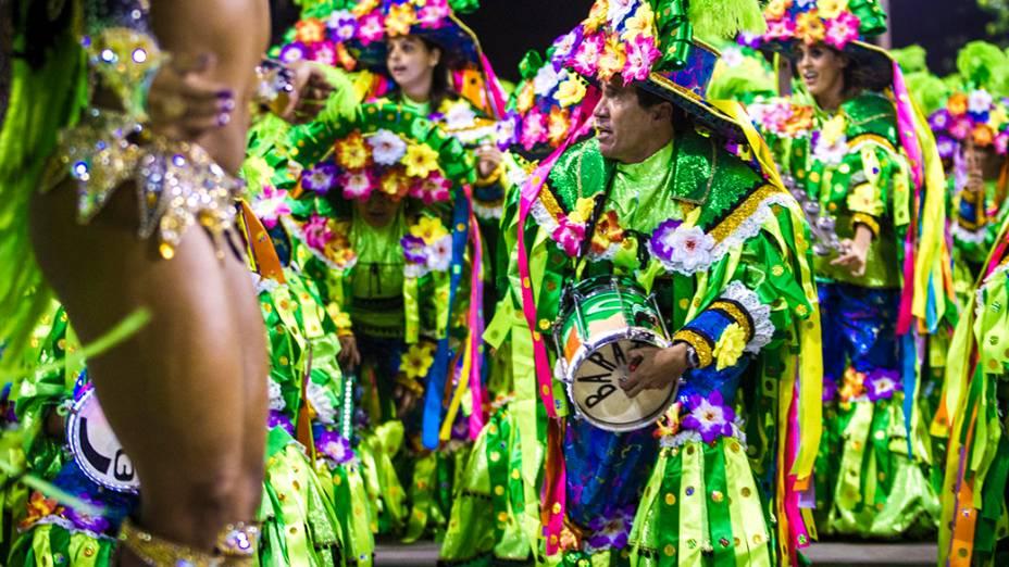 A rainha de bateria Laynara Teles durante desfile da Império da Tijuca pelo Grupo Especial, na Marquês de Sapucaí na noite deste domingo (2)
