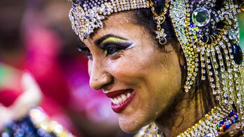 A rainha de bateria, Laynara Teles, durante desfile da Escola de Samba Império da Tijuca pelo Grupo Especial, no Sambódromo Marquês de Sapucaí no Rio de Janeiro, RJ, na noite deste domingo (2)