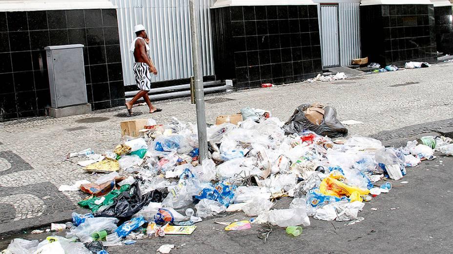 Bastante sujeira nas ruas após a passagem do tradicional Bloco do Bola Preta, no Rio de Janeiro