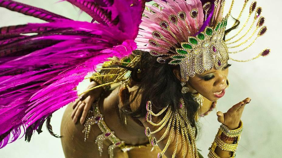 Destaque da Mangueira durante desfile na Marquês de Sapucaí