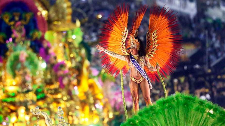 Evelym Bastos, rainha do Carnaval 2013 do Rio, desfila pela Mangueira na Marquês de Sapucaí