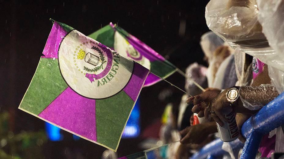 Torcedores da Mangueira comparecem na Marquês de Sapucaí para assistir o desfile da escola