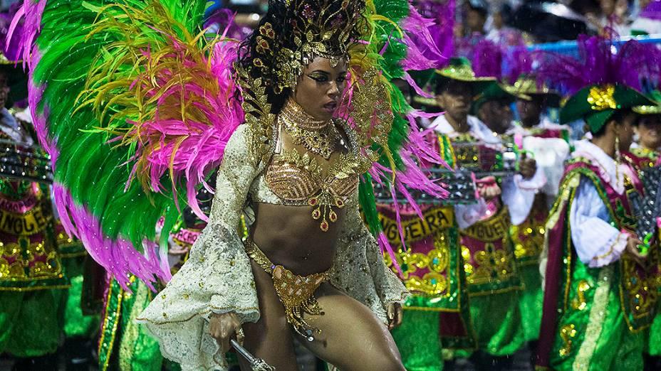 Evelyn Bastos, rainha da bateria da Mangueira, desfila na Marquês de Sapucaí