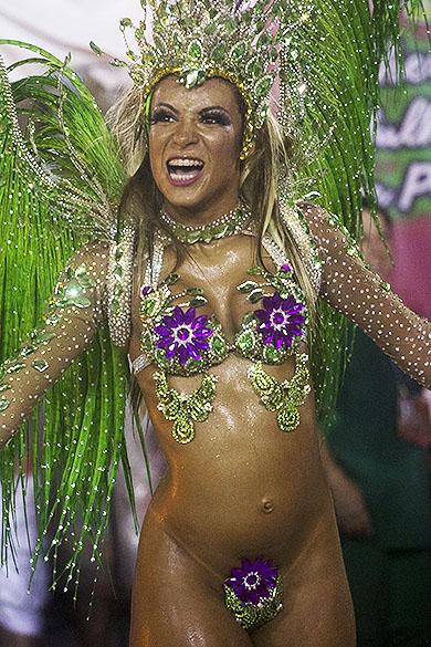 Destaque da Mangueira durante desfile na Marquês da Sapucaí, no Rio