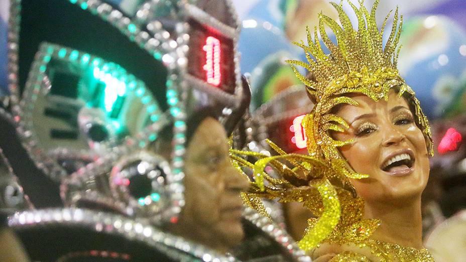 A cantora Claudia Leitte desfila como rainha de bateria da Mocidade Independente de Padre Miguel na Sapucaí, no Rio