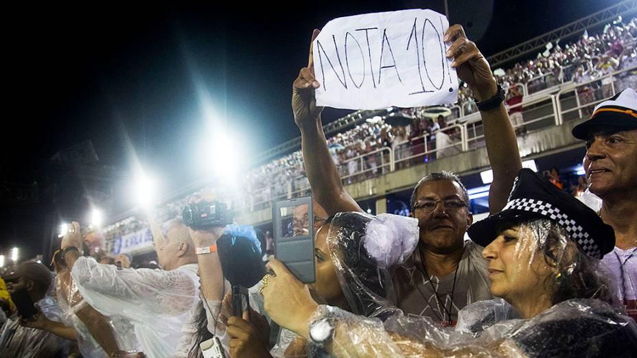 Mesmo com chuva, público comparece na Marquês de Sapucaí para assistir aos desfiles do Grupo Especial, no Rio
