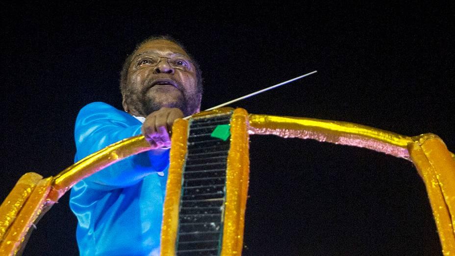 O cantor Martinho da Vila desfila pela Vila Isabel na Marquês de Sapucaí, no Rio