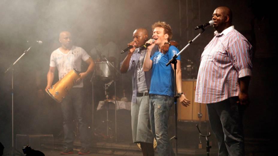 Exaltasamba recebe Michel Teló no palco do Carnaval de Salvador (16/02/2012)