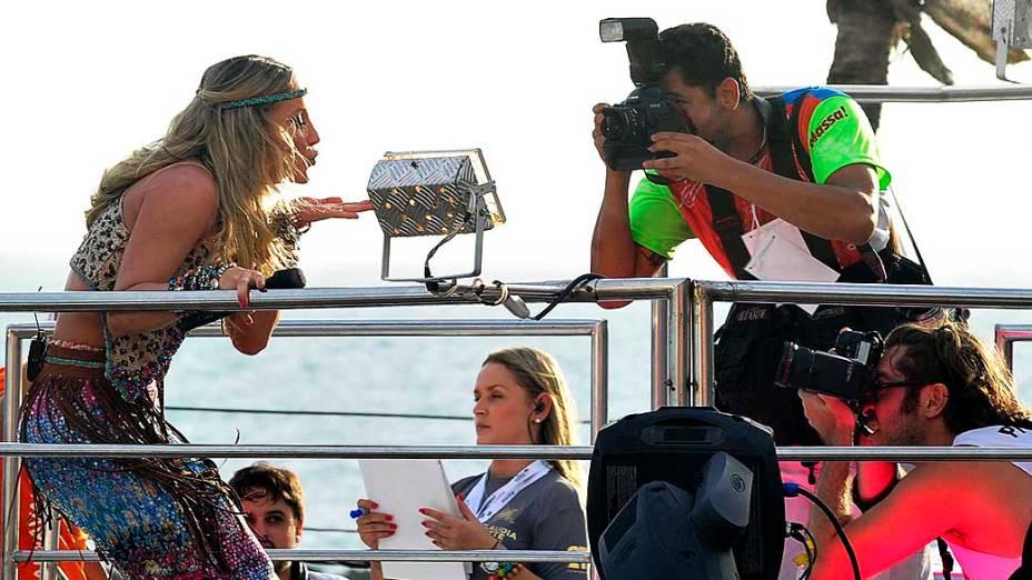 Claudia Leitte posa para fotógrafos durante apresentação no circuito Barra-Ondina